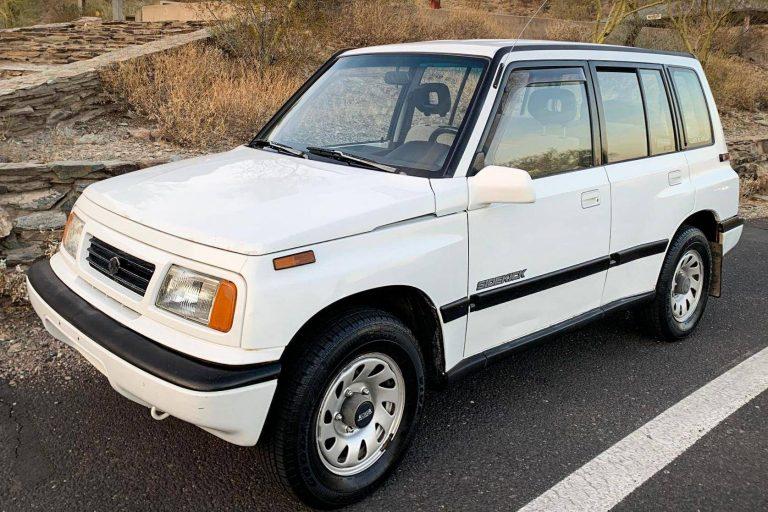 front view of white Suzuki Sidekick SUV
